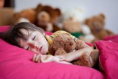 Petit garçon doux, dormant pendant l'après-midi avec son ours de nounours Image libre de droits