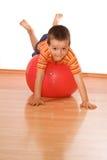 Petit garçon effectuant la gymnastique image libre de droits