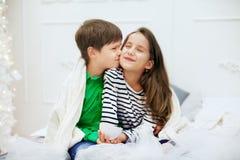 Petit garçon embrassant l'amie Le concept de l'amour et du Valentine Photographie stock