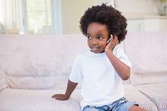 Petit garçon employant une technologie et téléphoner Photo stock