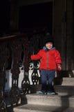 Petit garçon en bas des escaliers Images libres de droits