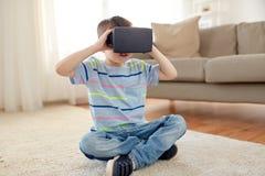 Petit garçon en casque de vr ou verres 3d à la maison Photos stock
