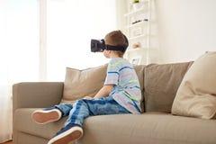 Petit garçon en casque de vr ou verres 3d à la maison Photo libre de droits