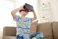 Petit garçon en casque de vr ou verres 3d à la maison Image libre de droits