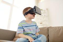 Petit garçon en casque de vr ou verres 3d à la maison Photos libres de droits
