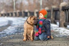 Petit garçon en parc avec ses amis de chien Photos libres de droits