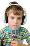 Petit garçon et écouteur avec le microphone photos stock
