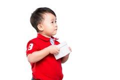 Petit garçon et cadeau Photo libre de droits