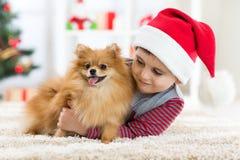 Petit garçon et chien à Noël Image libre de droits
