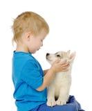 Petit garçon et chiot de chiens de traîneau D'isolement sur le fond blanc Photos stock