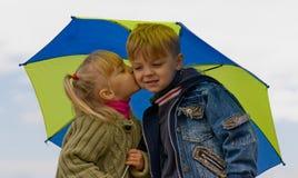 Petit garçon et fille avec le parapluie Photos stock