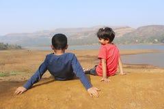Petit garçon et fille ayant l'amusement les uns avec les autres au ghat de Tamhini, Pune Image stock