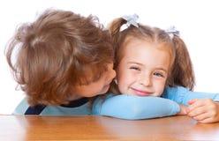 Petit garçon et fille dans l'amour Photos stock