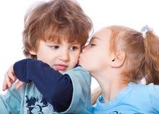 Petit garçon et fille dans l'amour Images stock