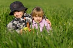 Petit garçon et fille dans le domaine Photographie stock libre de droits