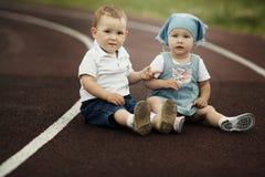 Petits garçon et fille heureux Images libres de droits