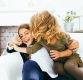 Petit garçon et fille mignons étreignant jouer sur le fond blanc, ha Images stock