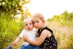 Petit garçon et fille mignons dehors dedans en nature verte d'été Photos libres de droits