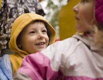 Petit garçon et fille mignons jouant dehors Image libre de droits