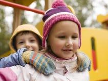 Petit garçon et fille mignons jouant dehors Photographie stock libre de droits