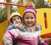 Petit garçon et fille mignons jouant dehors Images libres de droits