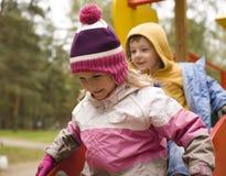 Petit garçon et fille mignons jouant dehors Image stock