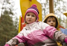 Petit garçon et fille mignons jouant dehors Photo stock