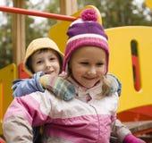 Petit garçon et fille mignons jouant dehors, amitié adorable Images libres de droits