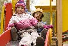 Petit garçon et fille mignons jouant dehors, amitié adorable Image libre de droits