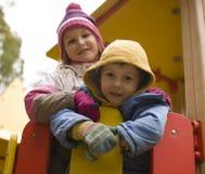 Petit garçon et fille mignons jouant dehors, amitié adorable Photos stock