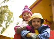 Petit garçon et fille mignons jouant dehors, amitié adorable Image stock