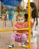 Petit garçon et fille mignons jouant dehors, amitié adorable, todler de bébé avec la mère carying, concept de personnes de mode d Image libre de droits