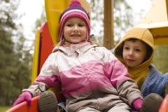 Petit garçon et fille mignons jouant dehors dessus Photographie stock