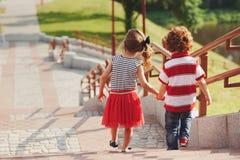 Petit garçon et fille sur l'escalier Photo libre de droits