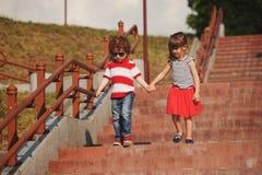 Petit garçon et fille sur l'escalier Image libre de droits