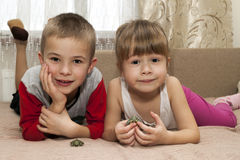 Petit garçon et frère et soeur de fille jouant ainsi que le sma Images libres de droits