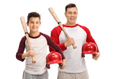 Petit garçon et jeune homme avec des battes de baseball et des casques Photos libres de droits