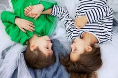 Petit garçon et mensonge et rire de fille Le concept de l'amour et du Valen Photographie stock