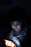 Petit garçon et périphérique mobile Photographie stock