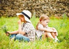 Petit garçon et petite fille près de la maison de campagne Photo stock