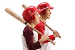Petit garçon et type avec des battes de baseball et des casques Photographie stock