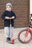 Petit garçon et une pompe à bicyclette Photographie stock