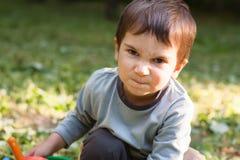 Petit garçon fâché image stock