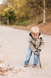 Petit garçon fâché extérieur Image libre de droits