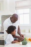 Petit garçon faisant cuire avec son père Photos libres de droits