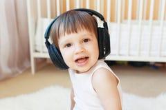 Petit garçon heureux écoutant la musique avec des écouteurs Photo libre de droits
