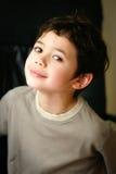Petit garçon heureux avec les yeux bruns Photos stock