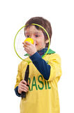 Petit garçon heureux avec une raquette et une boule de tennis Photo libre de droits
