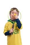 Petit garçon heureux avec une raquette et une boule de tennis Photo stock