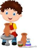 Petit garçon heureux créant un vase sur une roue de poterie Photo stock